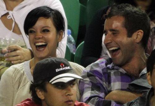 图文:澳网吸引众明星观战 莉莉-艾伦开心大笑