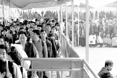广州火车站迎来客流高峰。