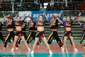 图文:刘翔出席颁奖仪式 啦啦队现场热舞