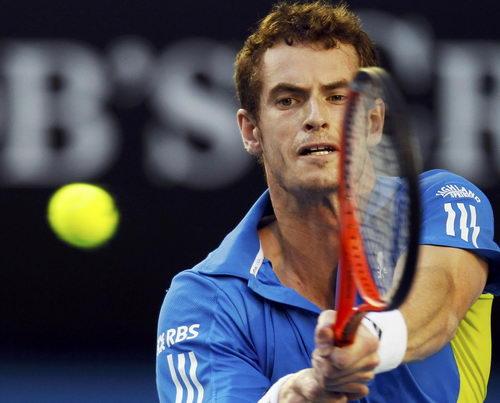 图文:澳网第11日男单半决赛 穆雷紧盯网球