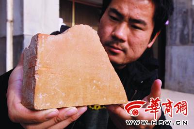 """发掘出的""""砖""""有望将我国用砖历史提前2000多年 本版图片由本报记者 苗波 摄"""
