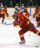 图文:探营中国女子冰球队 队员在训练中