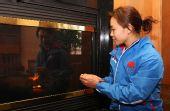 图文:探营中国女子冰球队 孙锐壁炉前烤火