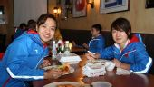图文:探营中国女子冰球队 队员正在午餐