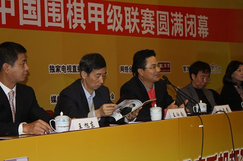 图文:2009围甲联赛闭幕式 金立老总刘立荣发言