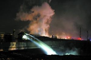 消防员向高架桥下的爆炸物喷水。本报记者 吴江 摄