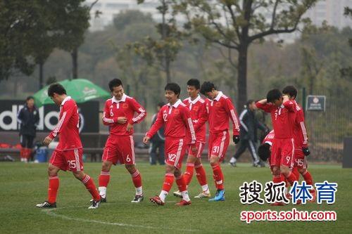 图文:[教学赛]国足2-2东亚 国足进场瞬间