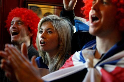 图文:2010澳网男单决赛 美女球迷关注