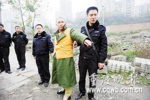 谭某正在指认犯罪现场记者 杨帆 摄