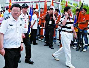 2008年6月,时任重庆公安局副局长的文强在检查工作。