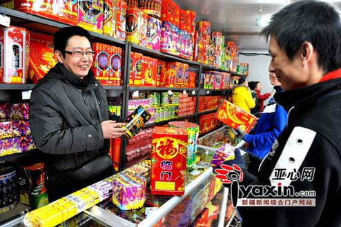 1月31日,在南湖广场附近经营鞭炮销售的陈群先生正式开始销售各种花炮。