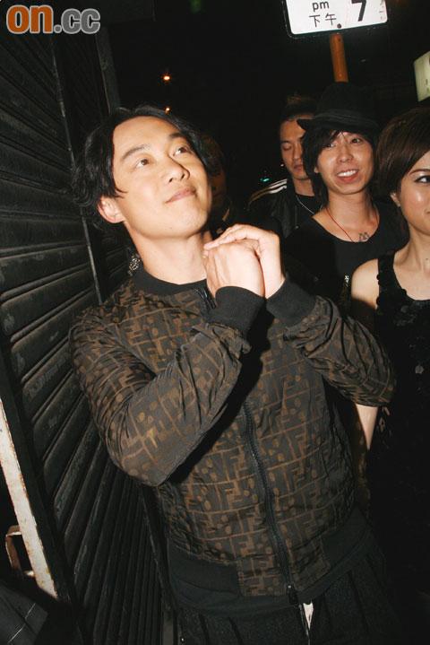 "Eason得知获TVB足本播放颁奖礼,于镜头前大叫""多谢TVB""。"