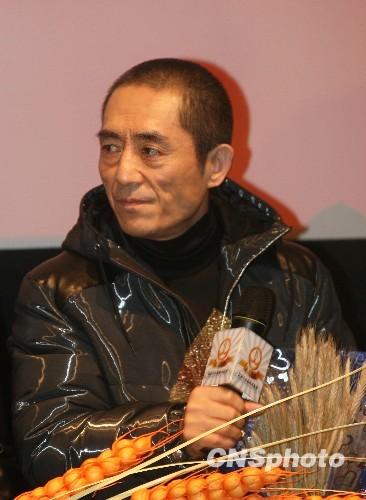 12月19日下午,张艺谋率领《三枪拍案惊奇》主创人员一行来到沈阳宣传。 中新社发 李宪明 摄