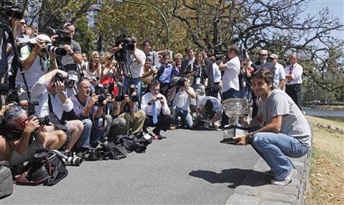 图文:费德勒捧杯墨尔本留影 记者阵容庞大