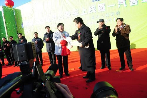 中国一汽集团总经理徐建一将新车钥匙交付长春公交公司董事长崔树森