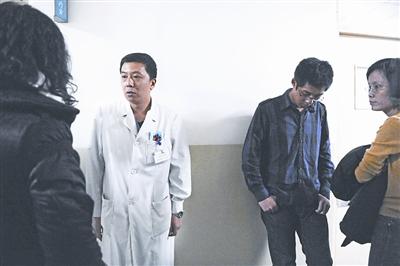 伤者家属在病房外焦急等待