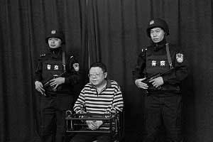 2009年9月,经重庆检察院批准,重庆市司法局原局长文强,被警方执行逮捕。 资料图片