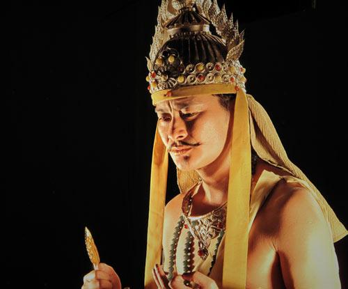 《西游记》时为求达到神似文殊菩萨而在寒冬中赤脚赤膊拍戏,面部表情
