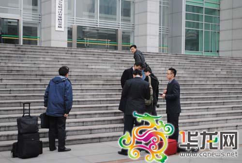 8时20分,李庄的辩护律师高子程及其工作人员早早的来到一中院门口。黄海摄