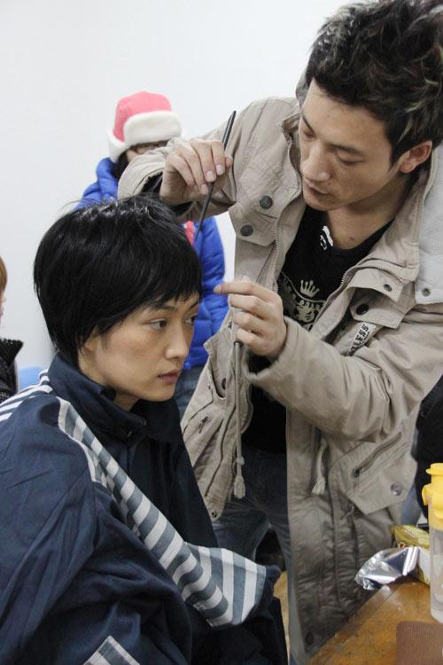 造型师在为孟广美做发型