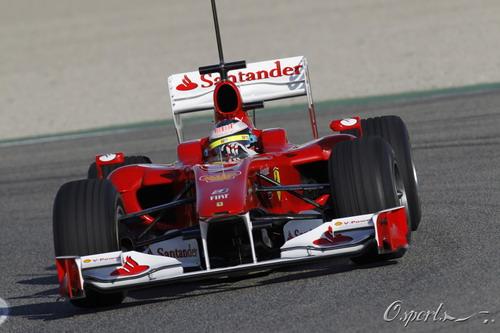 图文:2010年F1首轮试车次日 马萨准备入弯