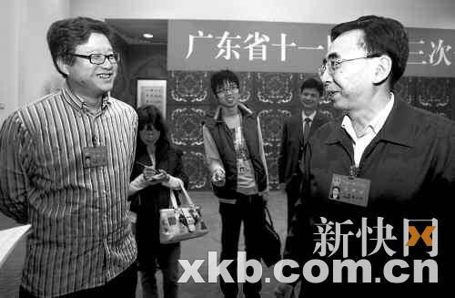 广州市委书记朱小丹和丁磊就建设人才廉租房的问题进行讨论。新快报记者陈昆仑/摄