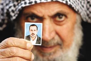 一名巴勒斯坦人向记者出示马巴胡赫的照片。