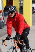 图文:2010年F1首轮试车次日 舒马赫当自行车手