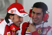 图文:2010年F1首轮试车次日 阿隆索与技师