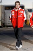 图文:2010年F1首轮试车次日 阿隆索来到赛场