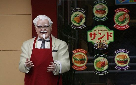 看一看下面的图片,桑德斯上校在日本节日期间的时髦造型.