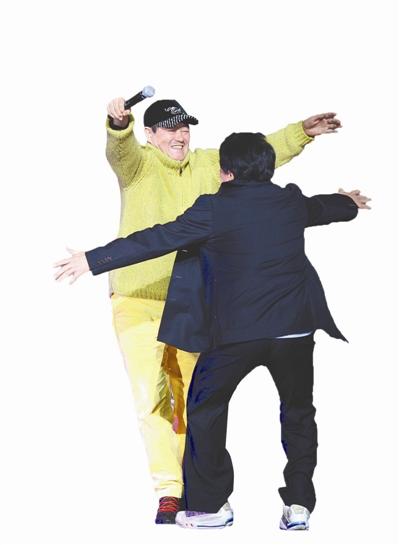 赵本山和成龙拥抱
