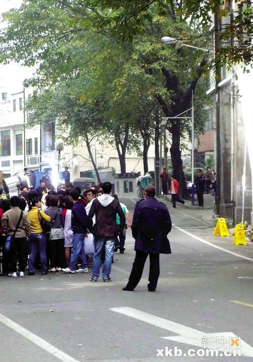 史派西站在群众演员的外围做围观状