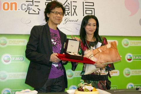 惠英红刚过五十岁生日,被陈志云祝早日找个男伴。