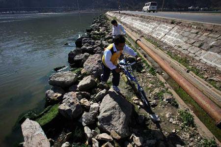 2月2日,昆明,滇池水位下降露出石滩