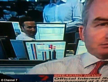 马丁・拉克斯接受完采访后,这名工作人员忽然感到摄像机正在拍摄他,他扭头,露出羞怯的笑。