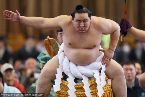 相扑横纲朝青龙宣布退役 图片 31k 500x333