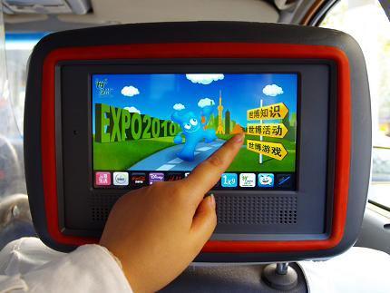 触动���my�:h㹦k�L_乘客正在通过触动传媒为2010上海世博会制作的互动按钮,了解世博知识