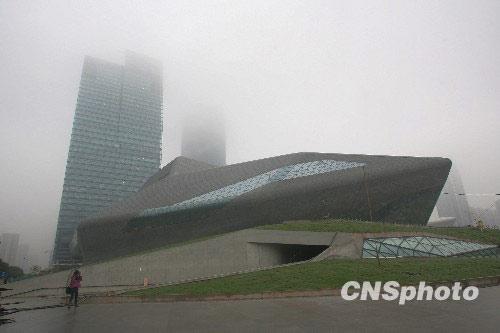 """2月4日,观众参观即将竣工的广州歌剧院。当日,广州歌剧院在广州举办首次官方新闻发布会,介绍相关情况。广州歌剧院是广州市新建的标志性建筑之一,总建筑面积70000平方米。这座被誉为""""圆润双砾""""的建筑由普利兹克建筑奖第一位女得主、英国设计师扎哈・哈迪德主持设计,并由声学界最高奖""""塞宾奖""""得主马歇尔担纲内部声学设计。这座建筑最大的特点是采用了完全不对称的非几何形... 中新社发 苏丹 摄"""