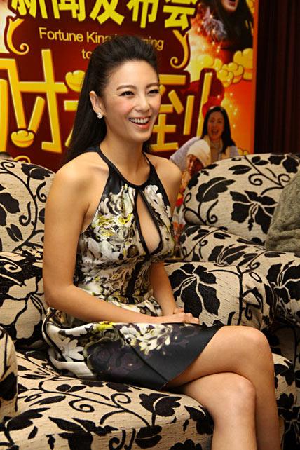 2月2日,张雨绮现身沪上,为贺岁喜剧《财神到》造势宣传。