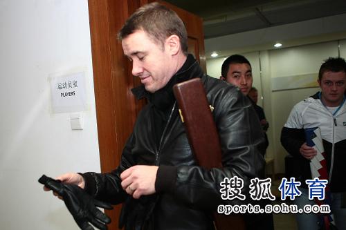 图文:亨德利接受搜狐专访 台球皇帝摘下手套