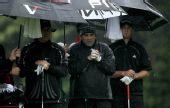图文:北方信托公开赛次轮 选手在雨中