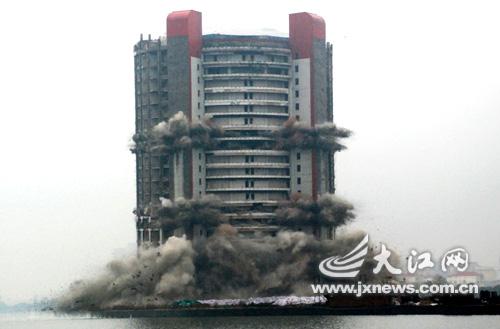 2月6日,南昌曾经的地标性建筑五湖大酒店被爆破。下午15时50分,爆破瞬间。 (本文图片均由大江网记者时雨摄)