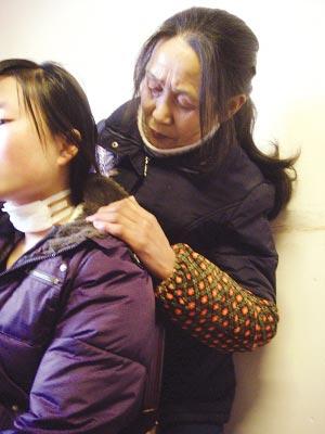 看着小芳脖子上的伤口,周尚琼心痛不已。