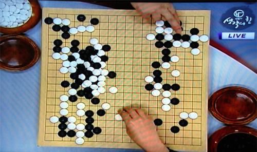 图文:BC卡杯32强战第八日 电视中双方在复盘