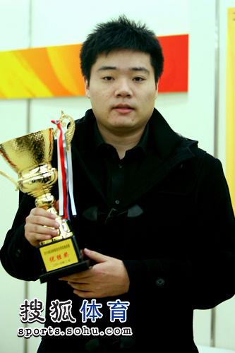 图文:丁俊晖13-6亨德利夺冠 丁俊晖获得冠军