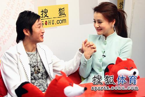 邹市明携女友做客搜狐