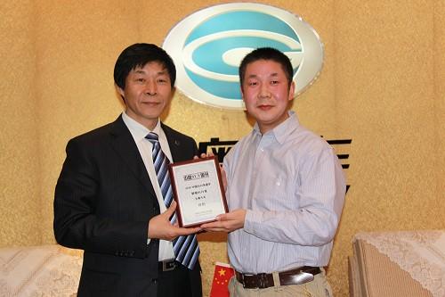 图为吉奥集团副总裁兼销售公司总经理李凤煜(左)接受奖牌