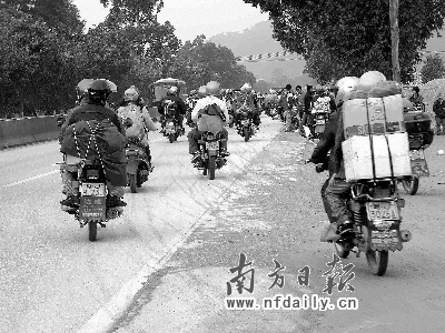 珠三角农民工组成10万摩托车返乡大军 - 五味子 - 行万里长路 品五味人生