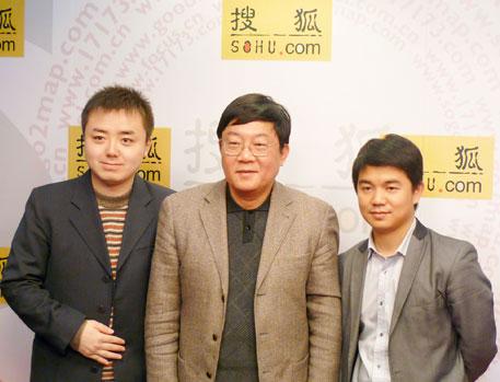 陈甬军教授与主持人和频道主编在演播室合影